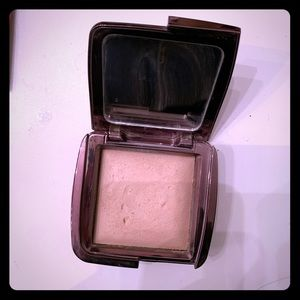 Hourglasses Ambient Lighting Powder in Dim Lights